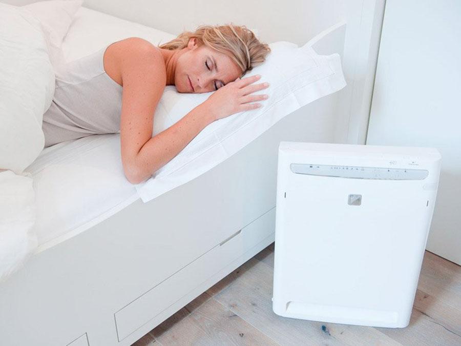 Dùng máy lọc không khí trong phòng ngủ