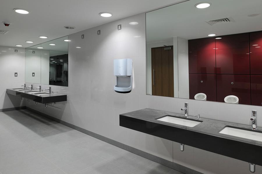 Máy sấy tay Panasonic trong nhà vệ sinh nhà hàng